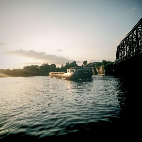 Wasser Bruecke und Schiff